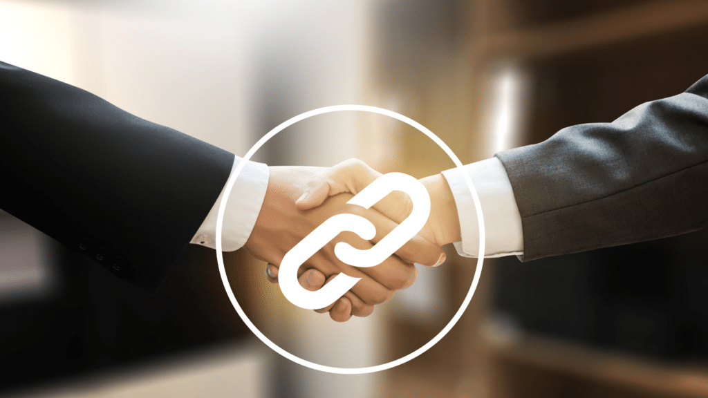 Deux hommes se serrent la main. Une icône de lien au centre les relie. l'échange de liens peut améliorer le SEO